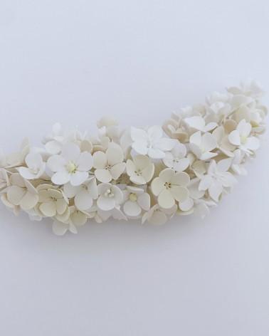 Tocado romántico de flores de porcelana en tonos empolvados