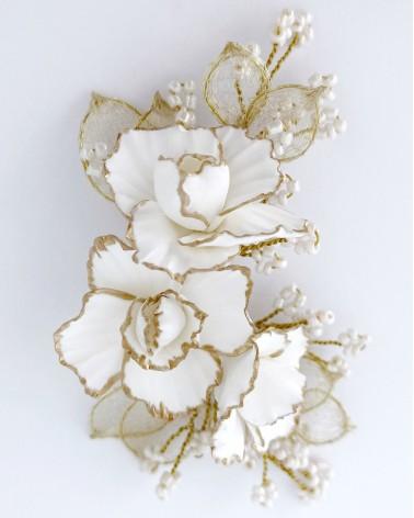 Tocado lateral blanco y dorado de peonías de porcelana