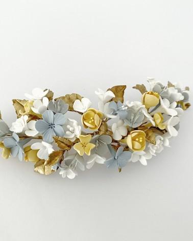 Tocado de flores de porcelana en tonos empolvados y dorado