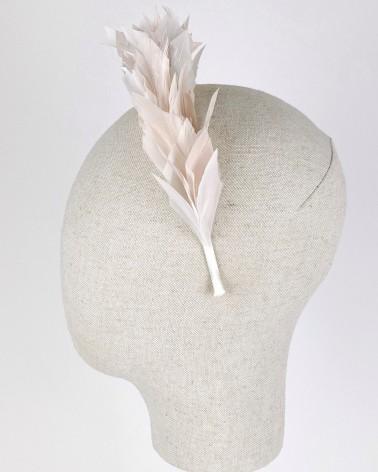 Diadema alta de plumas para novia